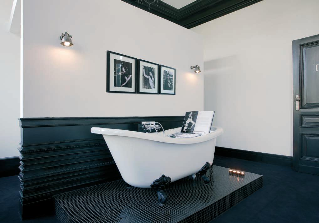 Big bathroom with a skirting board that's darker in colour than the walls